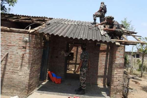 कन्चनपुरका हावाहुरी पीडित भन्छन् : 'सेना आउँदा सास फेर्न पाइयो'